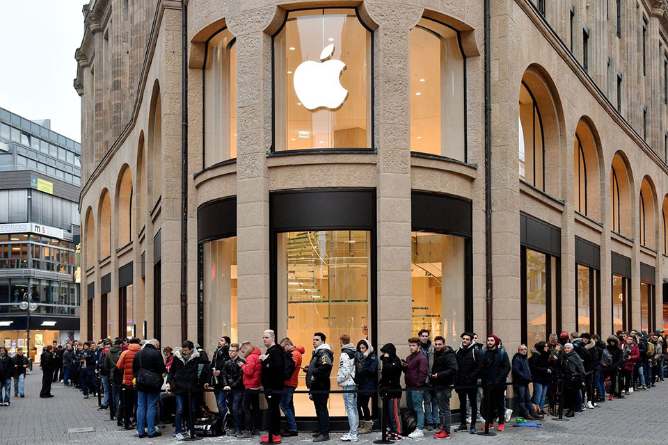 Line at Apple Store brand loyalty